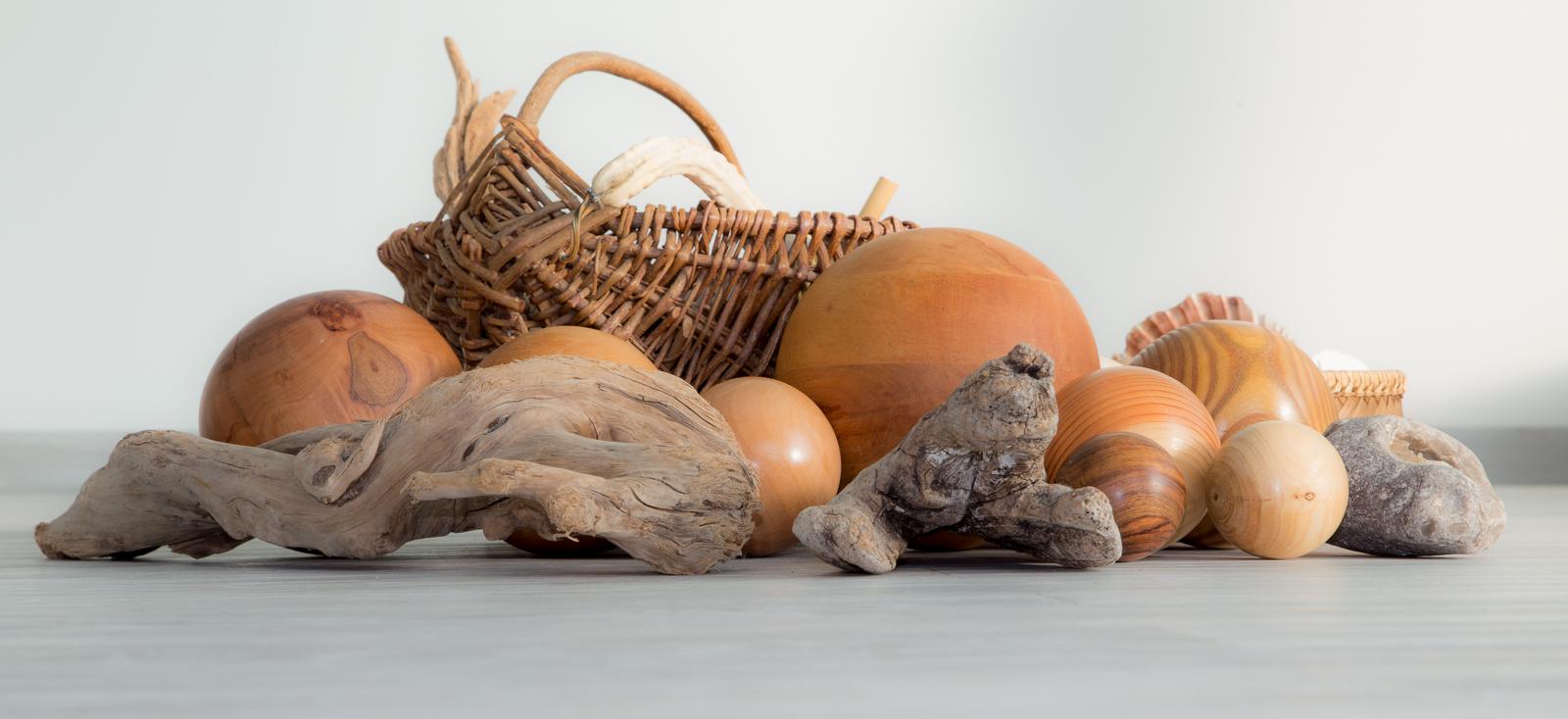 Holzkugeln und Naturmaterialien